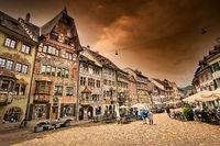Marktplatz in Stein am Rhein. Über dem Ort ein Gewitterhimmel