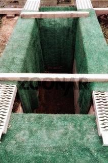 frisch ausgehobenes Grab