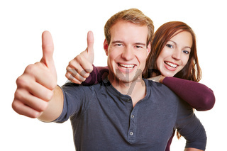 Glückliches Paar hält Daumen hoch
