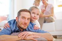 Vater mit Tochter vor restlicher Familie