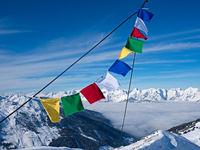 Gebetsfahnen auf Berggipfel