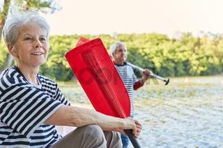 Glückliches Paar Senioren mit Ruder von Ruderboot