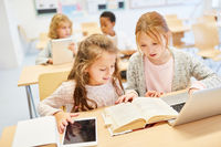 Mädchen in Grundschule lernen am Laptop Computer