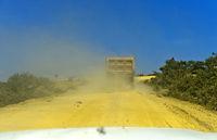 Staubige Landstrasse im Hochland von Abessinien, Tigray, Äthiopien
