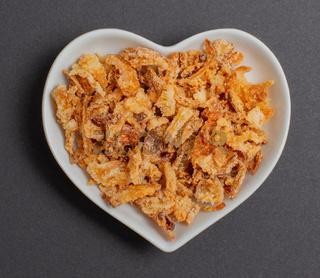 Röstzwiebeln in einer weißen Schale für die Food Fotografie