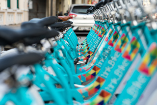 Nahaufnahme von Fahrrädern an einer Mietstation in George Town, Malaysia