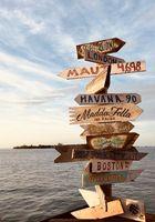 Entfernungsschilder zu anderen berühmten Orten am Mallory Square auf Key West, Florida
