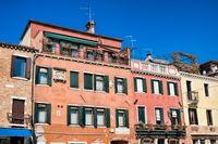 venedig, italien - 20.03.2019 - verwitterte alte häuser am rio dei carmini