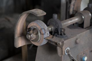Schleifmaschine in einer Schmiede