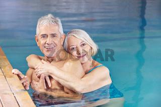 Paar Senioren gemeinsam im Schwimmbad