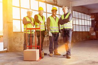 Industrie Arbeiter Gruppe in Halle einer Fabrik
