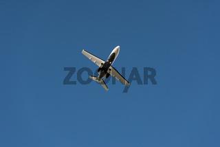 Privatflugzeug beim Landeanflug