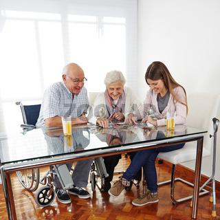 Familie mit Senioren löst Puzzle
