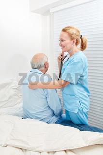 Krankenpfleger hört Patient mit Stethoskop ab