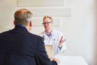 Arzt redet mit Patient in der Sprechstunde