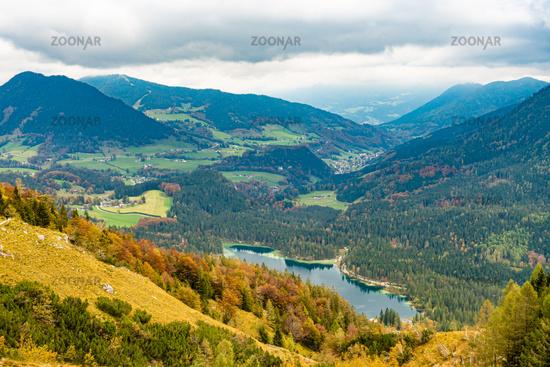 Talblick auf den Hintersee, dahinter der Ort Ramsau in Berchtesgarden, Deutschland