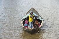Sampan Fährmann auf dem Sarawak Fluss, Kuching, Sarawak, Borneo, Malaysia