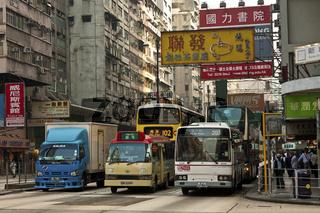 Dichter Strassenverkehr an eine Strasseneinmündung in die Nathan Road
