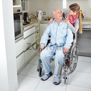 Familie mit Senioren im Rollstuhl