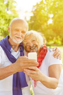 Paar Senioren macht Selfie im Herbst