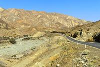 Moderne Asphaltstrasse führt durch die Danakil-Ebene, Berhale, Afar Region, Äthiopien