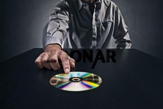 Informant übergibt einen Datenträger