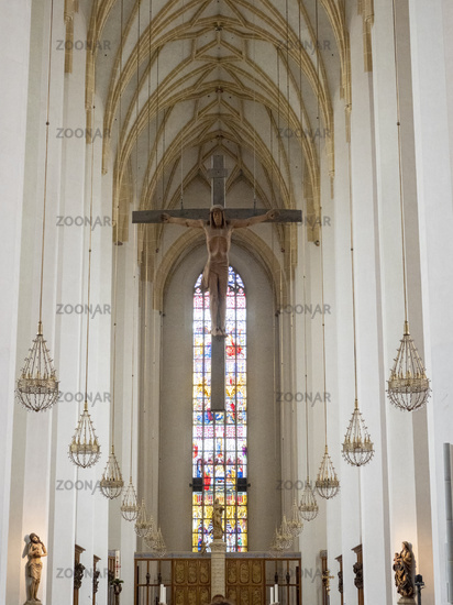 Innenansicht der Frauenkirche mit Kruzifix am Übergang zum Chor - München