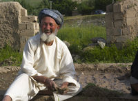 Alter Landwirt in seinem Garten in Afghanistan