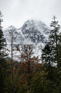 Blick auf den Hochkalter im Oktobernebel, Nationalpark Berchtesgaden, Deutschland