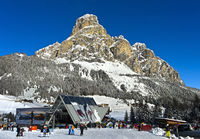 Skistation Corvara vor dem Gipfel Sassongher, Alta Badia, Dolomiten, Südtirol, Italien
