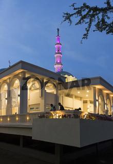 Schwimmende Kuching Moschee am Ufer des Sarawak Flusses, Kuching, Sarawak, Borneo, Malaysia