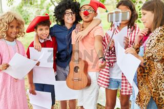 Gruppe Kinder in lustiger Verkleidung macht ein Selfie