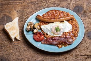 komplettes englisch Frühstück auf dem Teller