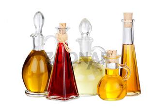 Verschiedene Speiseöle in Flaschen, isoliert