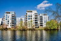 berlin, deutschland  - 09.04.2019 - wohnen am landwehrkanal in berlin charlottenburg