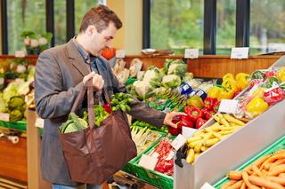 Geschäftsmann kauft Gemüse im Supermarkt