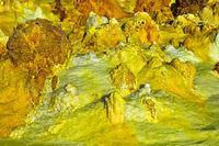 Schwefelgestein in einem hochgesättigten sauren Salzlaugenpool