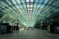 Fernbahnhof am Flughafen Frankfurt menschenleer
