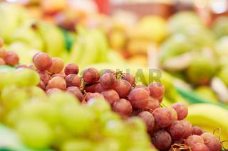 Rote Weintrauben im Supermarkt