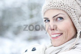 Frau im Winter im Freien