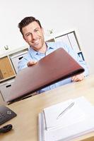 Bewerber übergibt Unterlagen an Personaler