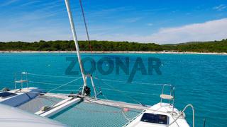 Katamaran fest an einer Boje vor der Küste Kroatiens