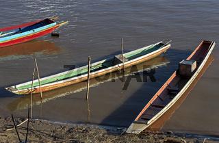 Typische Fischerboote am Ufer des Nam Khan Fluss, Chompet district, Luang Prabang, Laos