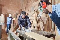 Schreiner sägen Holz mit Kreissäge