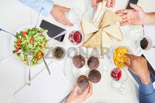 Team Kollegen teilen sich verschiedene Snacks