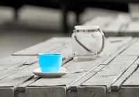 Colorkey, Tasse auf dem Tisch einer Strandbar