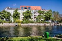 berlin, deutschland - 09.04.2019 - idylle an der spree in berlin charlottenburg