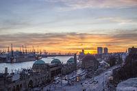 Landungsbruecken Hamburg bei Sonnenuntergang