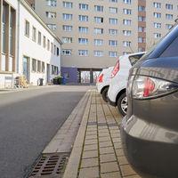 geparkte Autos auf einem Innenhof