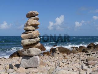 Steintürmchen am Strand von Cap Lévi